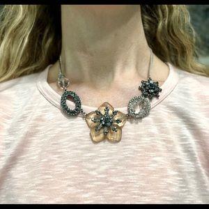 Jewelry - Pretty flower necklace